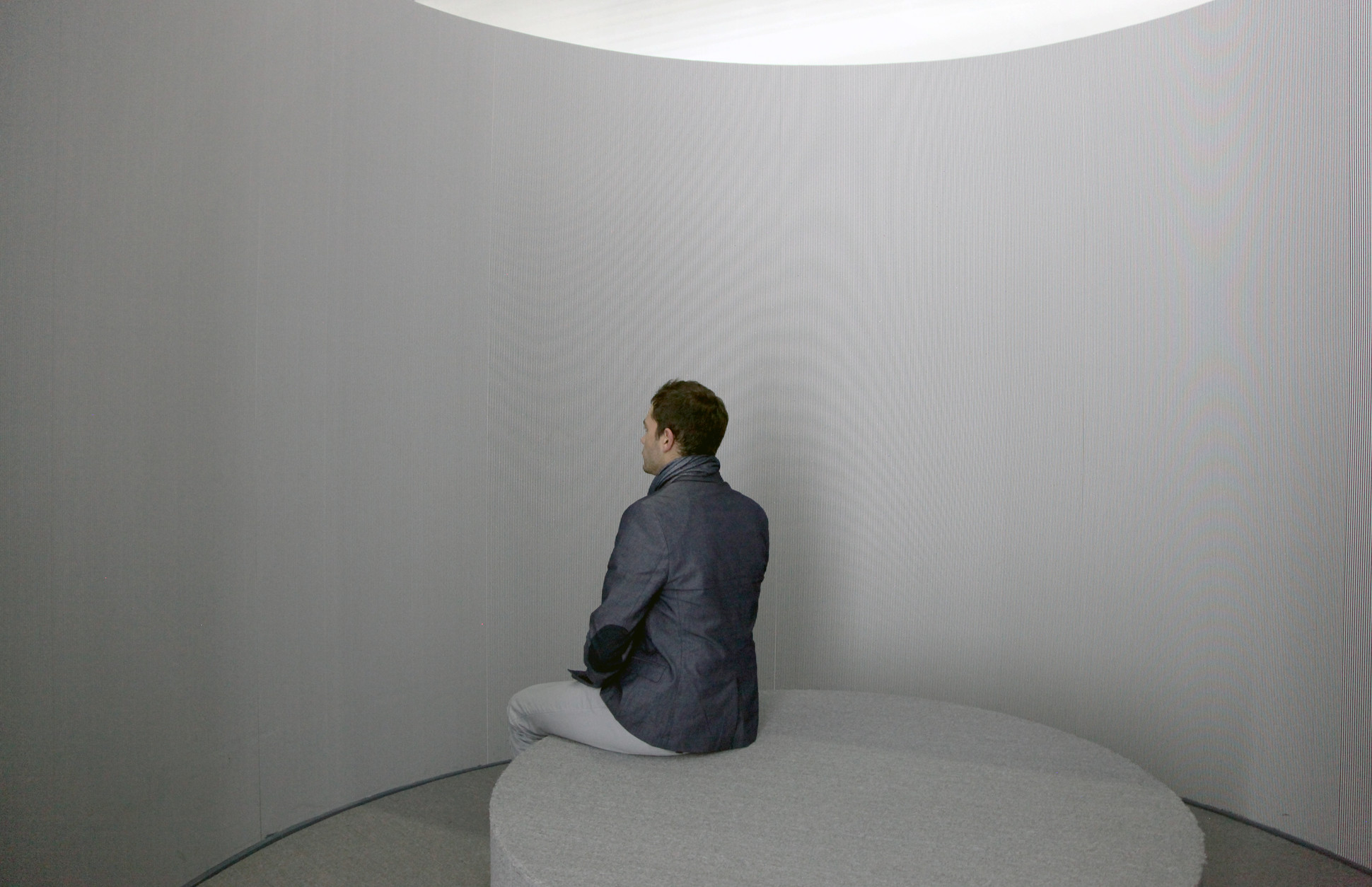 2016. Circular room. Wallpaper, wooden bench, rotational mechanism Diameter 300 x 300 cm